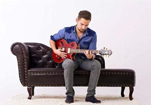 Borbényi Dániel gitározik a Palackban