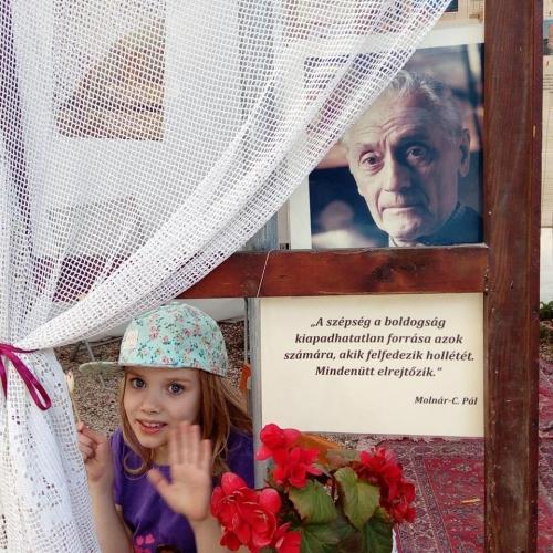 Kiállításmegnyitó Molnár-C. Pál fametszeteivel és újságrajzaival, kávéházi hangulatban.