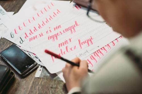 Kezdő kalligráfia workshop a FIÓKban